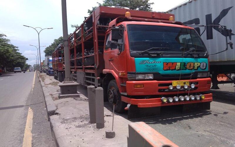 Terlihat kemacetan dan atrean kendaraan yang melaju pelan di Jalan Semarang - Kendal karena jalan rusak. - Bisnis/Alif Nazzala R.