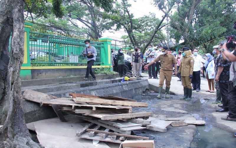 Wakil Walikota Palembang Fitrianti Agustinda meninjau lapak pedagang yang berdiri di atas saluran air di Jalan Banteng, Kota Palembang. - Istimewa