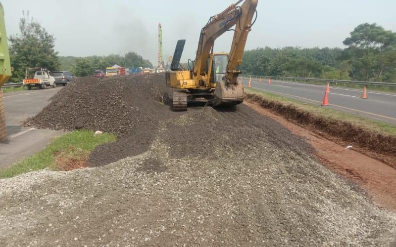 Pembuatan jalan sementara di Tol Cikopo-Palimanan (Cipali) KM 122 - Istimewa