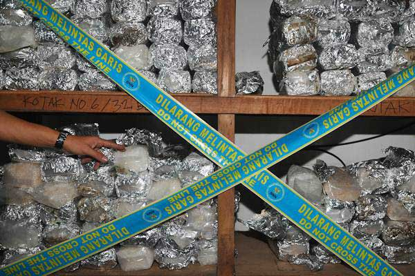 Ilustrasi-Petugas BNN menunjukkan barang bukti narkotika jenis sabu. - Antara/Sigid Kurniawan