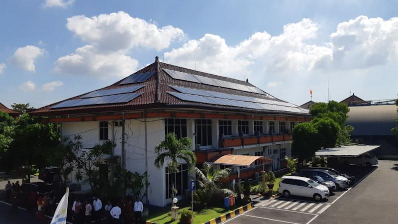 Indonesia Power (IP) meresmikan beroperasinya Pembangkit Listrik Tenaga Surya (PLTS) Atap di Kompleks Perkantoran Bali Power Generation Unit dengan total daya 226 kWp pada Senin (24/2). - Bisnis/Yanita Patriella