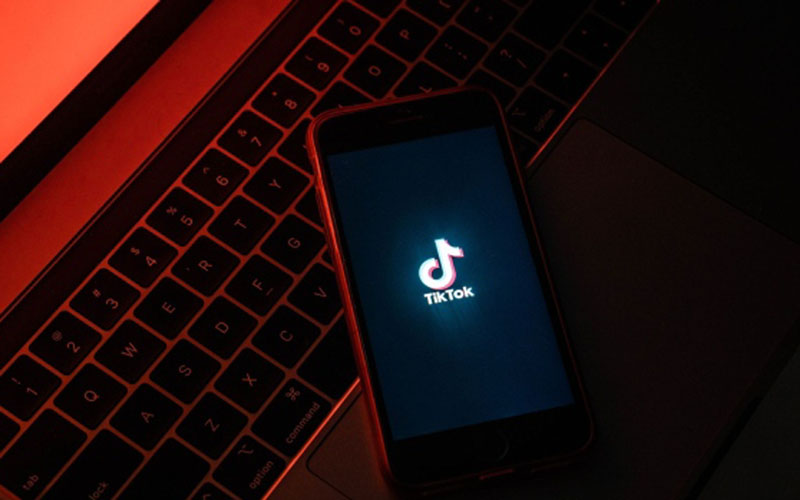 Logo TikTok/Bloomberg - Lam Yik