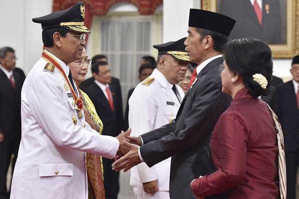 Presiden Joko Widodo (kedua kanan) didampingi Ibu Negara Iriana Joko Widodo (kanan) memberi ucapan selamat kepada Gubernur Daerah Istimewa Yogyakarta Sri Sultan Hamengku Buwono X (kiri) didampingi istri GKR Hemas (kedua kiri) usai pelantikan di Istana Negara, Jakarta, Selasa (10/10/2017). - ANTARA/Puspa Perwitasari