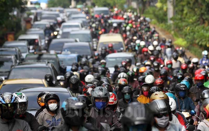Sejumlah kendaraan terjebak kemacetan saat melintasi area cek poin pengawasan PSBB di sekitar jalan layang Universitas Indonesia (UI), perbatasan Kota Depok menuju Jakarta, Senin (13/4/2020). Bisnis - Arief Hermawan P