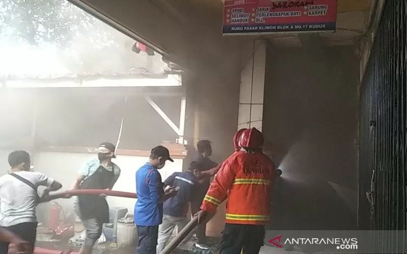 Sejumlah tim pemadam kebakaran bersama warga tengah berjuang memadamkan api yang membakar salah satu kios di Pasar Kliwon Kabupaten Kudus, Jawa Tengah, Selasa (16/2/2021). - Antara/Akhmad Nazaruddin Lathif