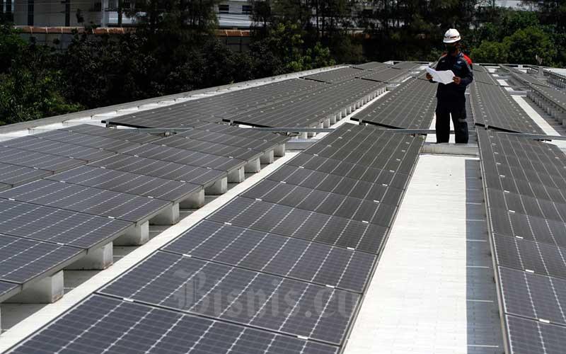 Suasana instalasi panel surya dari ketinggian di Masjid Istiqlal, Jakarta, Kamis (27/8/2020). Penggunaan pembangkit listrik tenaga surya ini sebagai upaya mendukung penggunaan energi yang ramah lingkungan, efektif dan efisien./Bisnis - Himawan L Nugraha