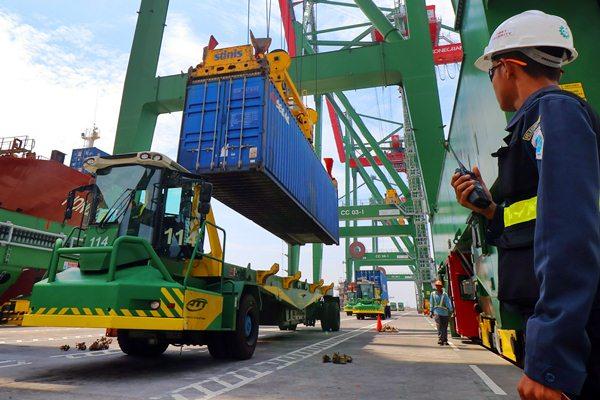 Petugas keamanan mengawasi proses bongkar muat kontainer di Terminal Teluk Lamong, Surabaya, Jawa Timur, Minggu (19/3). - Antara/Didik Suhartono
