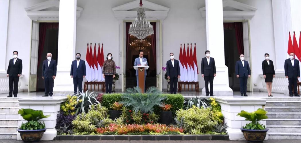 Presiden Joko Widodo (tengah) memperkenalkan jajaran lengkap SWF Indonesia di Istana Negara, Selasa (16/2/2021). - Dok. Setpres