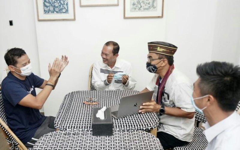 Menteri Pariwisata dan Ekonomi Kreatif Sandiaga Uno (dari kiri) menyimak pemaparan dari Walikota Palembang Harnojoyo beserta rombongan terkait pengembangan Pulau Kemaro. - Istimewa