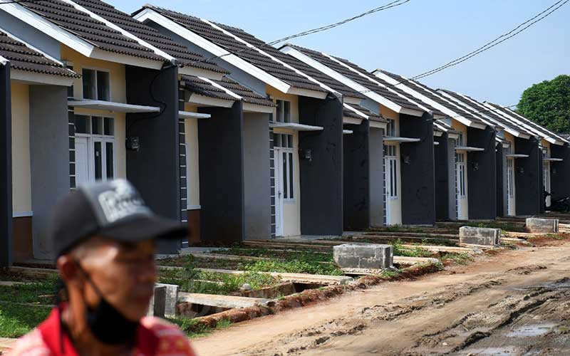 Warga melintas di proyek pembangunan rumah bersubsidi./Bisnis - Abdurachman