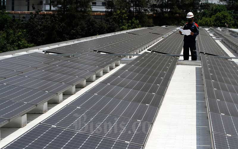 Suasana instalasi panel surya dari ketinggian di Masjid Istiqlal, Jakarta, Kamis (27/8/2020). Penggunaan pembangkit listrik tenaga surya ini sebagai upaya mendukung penggunaan energi yang ramah lingkungan, efektif dan efisien. Bisnis - Himawan L Nugraha