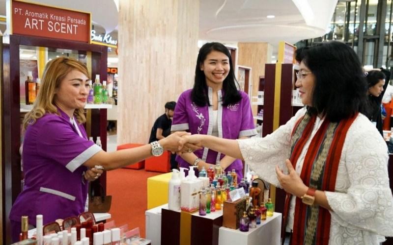 Direktur Jenderal Industri Kecil, Menengah, dan Aneka (IKMA) Kementerian Perindustrian Gati Wibawaningsih (kanan) ketika mengunjungi peserta pameran industri kosmetik, beberapa waktu lalu. - ANTARA/Biro Humas Kemenperin