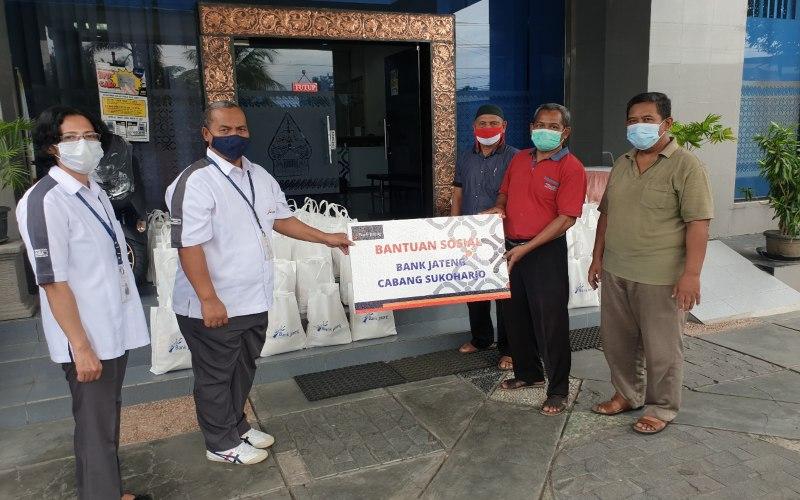 Bank Jateng membagikan bantuan berupa sembako kepada masyarakat kurang mampu yang berdomisili di sekitar kantor Bank Jateng Cabang Sukoharjo.