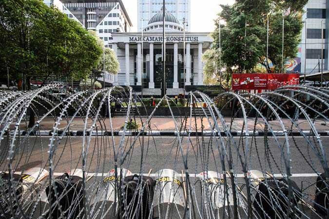Kawat berduri terpasang di depan Gedung Mahkamah Konstitusi, Jakarta, Selasa (11/6/2019). - ANTARA/Rivan Awal Lingga