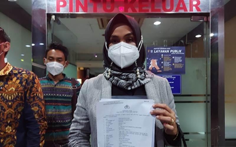Advokat dan pegiat Samindo-SETARA Institute Disna Riantina memperlihatkan surat laporan polisi terhadap Aisha Wedding di Polda Metro Jaya, Rabu (10/2/2021). - Antara/Fianda Sjofjan Rassat