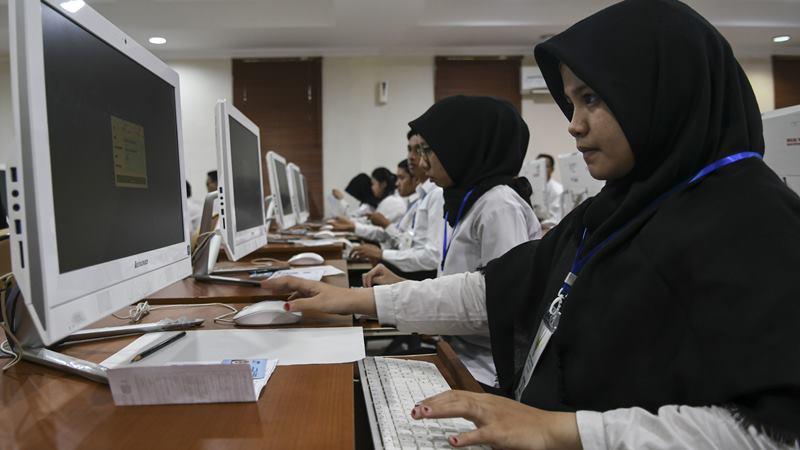 Peserta mengikuti Seleksi Kompetensi Dasar (SKD) berbasis Computer Assisted Test (CAT) untuk Calon Pegawai Negeri Sipil (CPNS) Kementerian Agraria Tata Ruang/Badan Pertanahan Nasional (ATR/BPN) di Kantor BKN Regional VII Palembang, Sumatera Selatan, Senin (27/1/2020). -  ANTARA / Nova Wahyudi