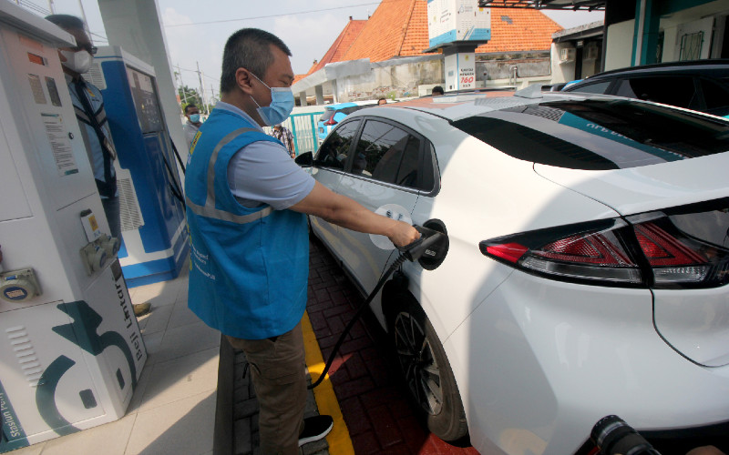 Komisari PT PLN (Persero) Dudy Purwagandhi mengisi daya mobil listrik di Stasiun Pengisian Kendaraan Listrik Umum (SPKLU) di Jalan Dr Soetomo, Surabaya, Jawa Timur, Sabtu (26/12/2020). - ANTARA