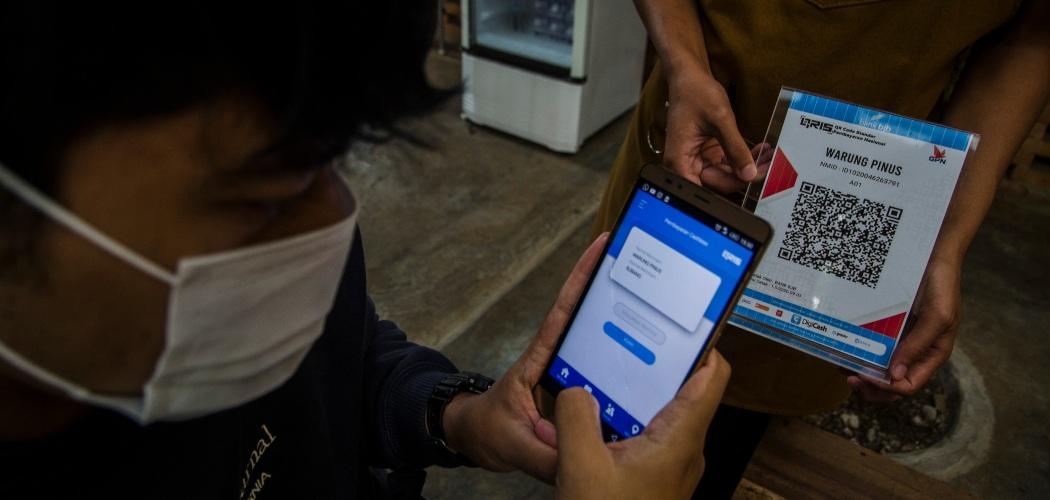 Konsumen melakukan transaksi pembayaran menggunakan aplikasi uang elektronik BJB DigiCash di usaha kuliner dan kopi Warung Pinus, Sagalaherang, Kabupaten Subang, Jawa Barat, Jumat (4/12/2020). - ANTARA FOTO/Novrian Arbi