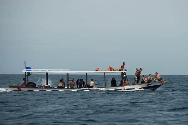 Sejumlah wisatawan asing berada di perahu yang membawa mereka ke lokasi penyelaman di perairan Pulau Gili Trawangan, NTB, Selasa (9/12/2014). - Antara/Widodo S. Jusuf