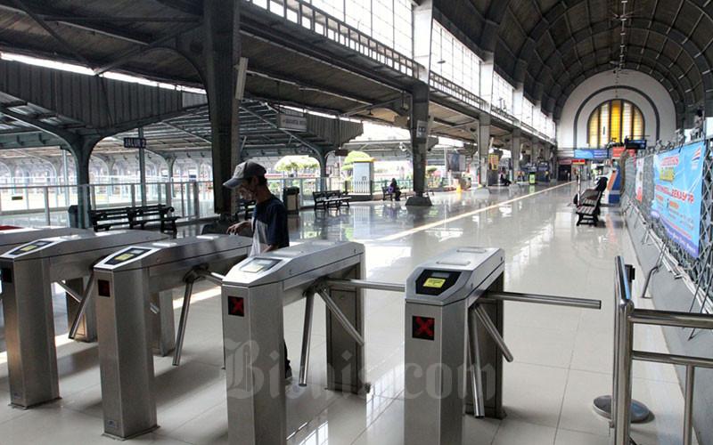 Suasana Stasiun Kota yang sepi dari penumpang di Jakarta, Jumat (10/4/2020). Bisnis - Dedi Gunawan
