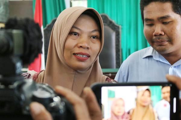 Ilustrasi - Terpidana kasus pelanggaran UU ITE Baiq Nuril (kiri) menjawab pertanyaan wartawan usai menjalani sidang perdana pemeriksaan berkas memori PK di Pengadilan Negeri Mataram, NTB, Kamis (10/1/2019). - ANTARA/Dhimas B. Pratama
