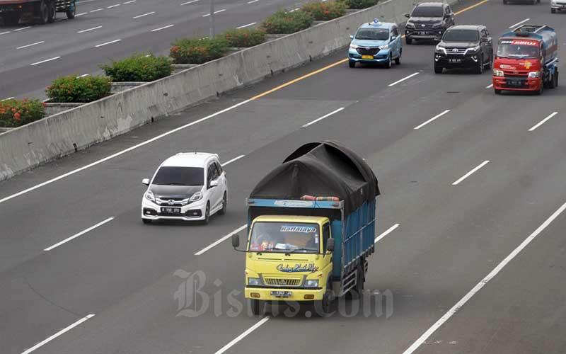 Ilustrasi. Truk sarat muatan atau over dimension over load (ODOL) melintas di jalan Tol Jagorawi, Jakarta, Selasa (14/4/2020).  - Bisnis