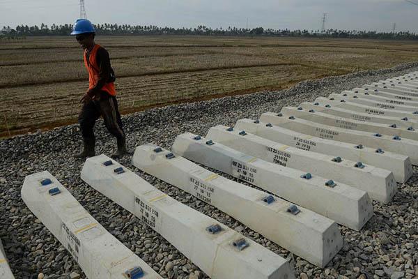 Pekerja melintasi bantalan jalur kereta Trans Sulawesi di Pekkae, Barru, Sulawesi Selatan. - Antara/Sahrul Manda Tikupadang