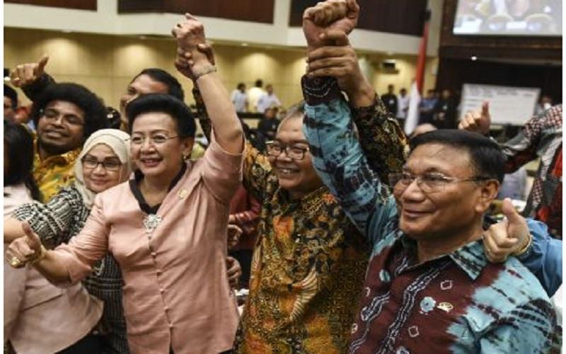 Muhammad Saleh (kedua kanan) mengangkat tangan bersama Wakil Ketua DPD Farouk Muhammad (kanan) dan GKR Hemas (ketiga kanan) saat Sidang Paripurna Luar Biasa di Kompleks Parlemen, Senayan, Jakarta, Selasa (11/10). Muhammad Saleh terpilih menjadi Ketua DPD usai mendapatkan 61 suara mengalahkan dua Wakil Ketua DPD Farouk Muhammad dan GKR Hemas. - Antara