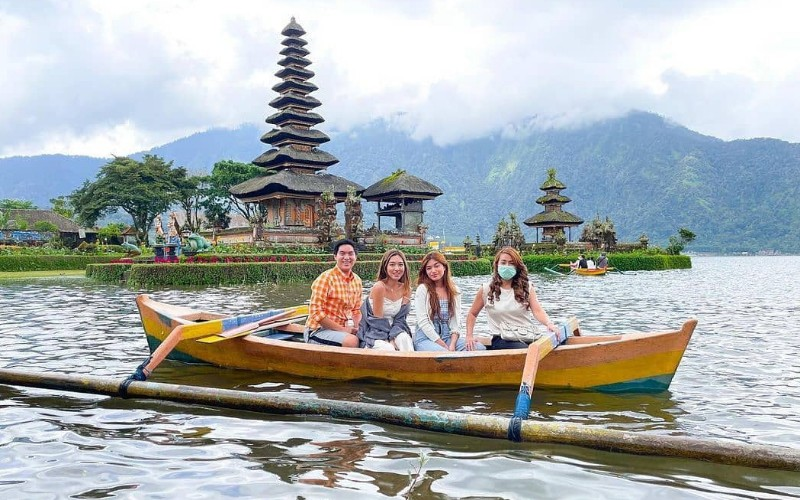 Wisatawan menikmati objek wisata Ulundanu Beratan, Tabanan, Bali - Instagram @ulundanuberatan