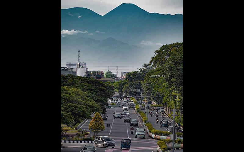 Foto Gunung Gede Pangrango terlihat dari Kemayoran, Jakarta Pusat menjadi viral di media sosial / Instagram wibisono.ari