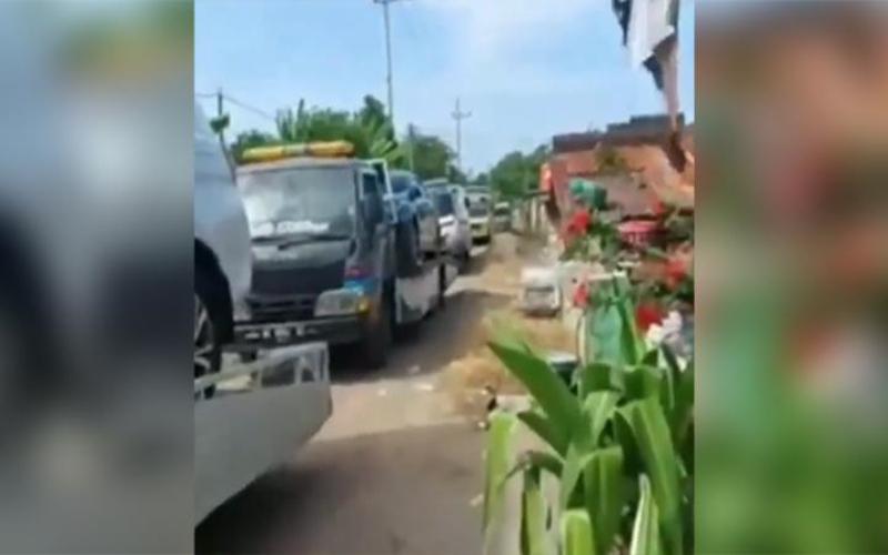 Sebuah tangkapan layar dari video yang memperlihatkan warga Desa Sumurgeneng, Kecamatan Jenu, Kabupaten Tuban, Jawa Timur, menerima mobil baru langsung dari showroom di Surabaya, Jawa Timur, mendadak berkembang luas dan viral, Selasa, 16 Februari 2021. - Isitimewa/Tempo.co/IG @ndorobeii)