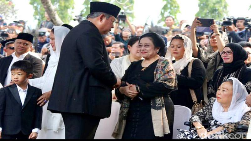 Megawati Soekarnoputri dan Susilo Bambang Yudhoyono bertemu saat pemakaman Ani Yudhoyoni di Taman Makam Pahlawan Kalibata Jakarta, Minggu (2/6/2019). - Istimewa