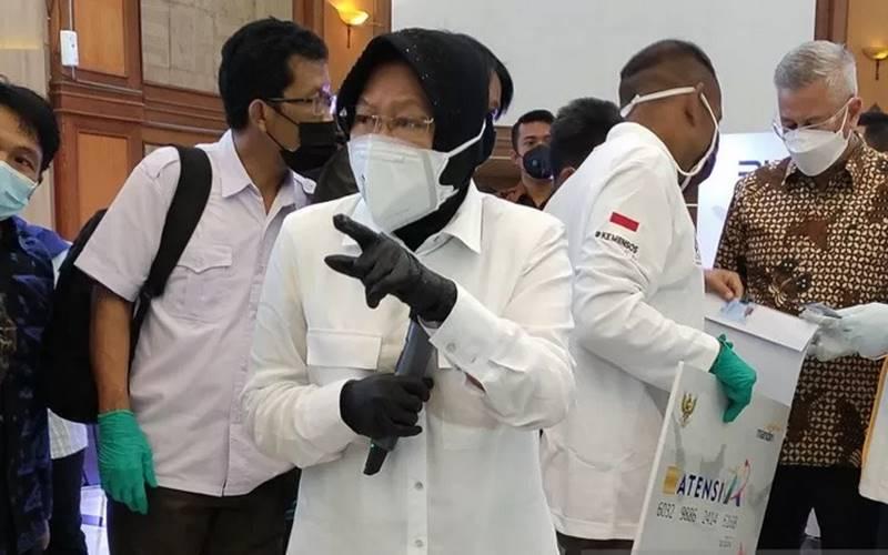Menteri Sosial Tri Rismaharini saat meninjau perekaman data kependudukan warga marjinal di Gedung Kemensos di Jakarta, Rabu (13/1/2021). - Antara