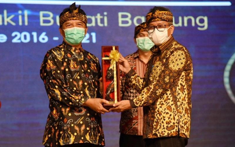 Bupati Bandung Dadang M. Naser (kiri) menyerahkan kepemimpinan kepada Pelaksana Harian (Plh) Bupati Bandung A. Tisna Umaran