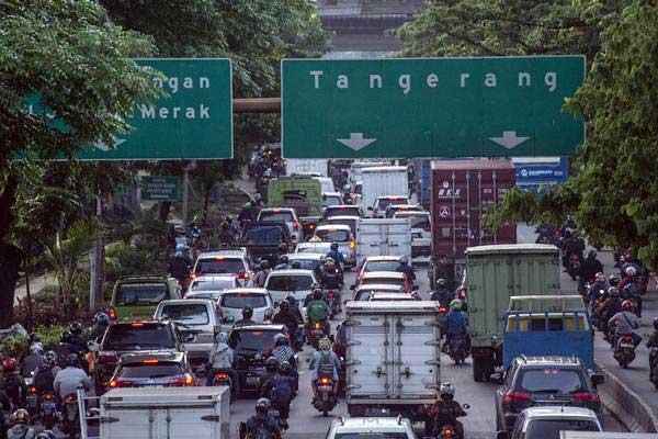 Kendaraan memadati Jalan Daan Mogot, Cengkareng, Jakarta Barat, Kamis (10/1/2019)./Antara - Aprillio Akbar