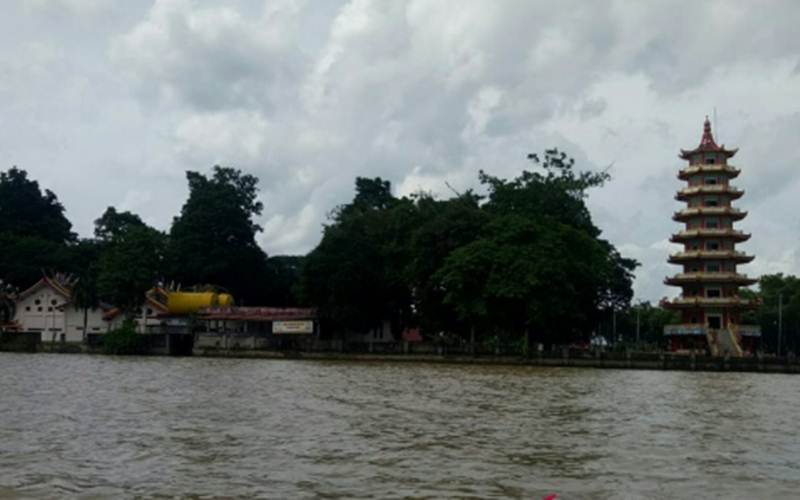Pulau Kemaro terlihat dari Sungai Musi, Selasa (9/2/2021)  - Antara