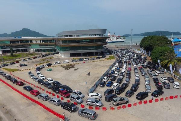 Pengendara mobil antre saat akan memasuki Kapal Roro di Dermaga Eksekutif Pelabuhan Bakauheni di Lampung Selatan./Antara - Ardiansyah