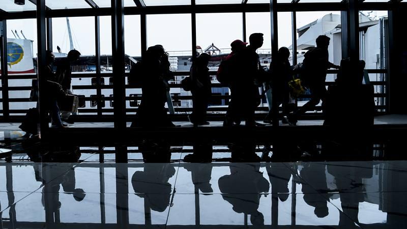 Pemudik tujuan Sumatra antre memasuki kapal Roro di Dermaga Eksekutif Sosoro Pelabuhan Merak, Banten. - Antara