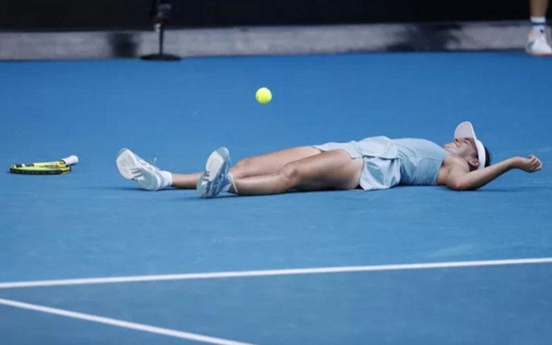 Jennifer Bradu terkulai selepas memastikan lolos ke final Australia Terbuka./Antara - Reuters