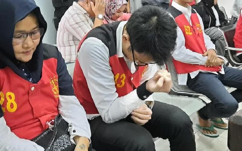 Aulia Kesuma dan putranya Geovanni Kelvin menunggu sidang di ruang tunggu Pengadilan Negeri Jakarta Selatan, Senin (24/2/2020). - Antara\r\n\r\n