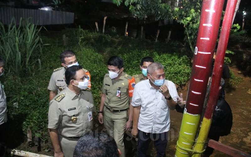 Gubernur DKI Jakarta Anies Baswedan meninjau kondisi RW 04 dan 03 Keluruhan Cipinang Melayu, Kecamatan Makassar, Jakarta Timur pada Selasa (9/2/2021) malam yang pada musim penghujan kali ini tidak diterjang banjir. - Istimewa / Humas Pemprov DKI Jakarta