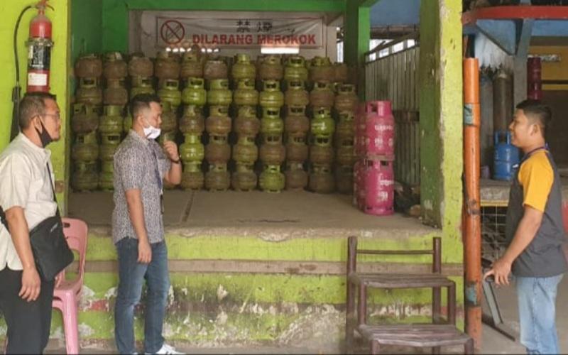 Pertamina bersama Dinas Perindustrian dan Perdagangan Kabupaten OKU Timur memantau ketersediaan dan HET LPG 3 Kilogram di salah satu pangkalan. istimewa