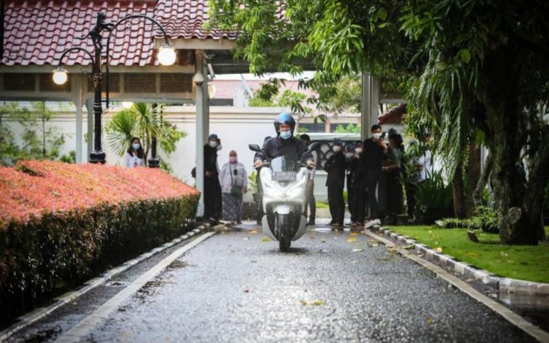 Wali Kota Bandung Oded M Danial saat uji coba motor listrik - Istimewa