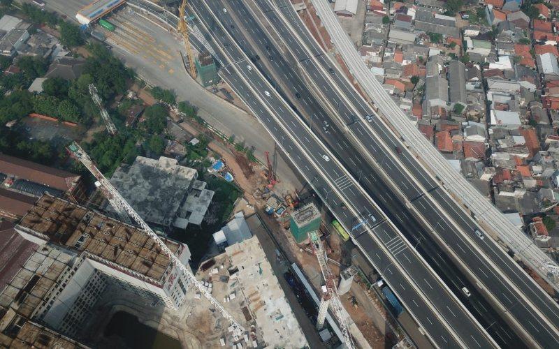 Pembangunan pier head Kereta Cepat Jakarta Bandung di samping ruas jalan tol Jakarta/Cikampek