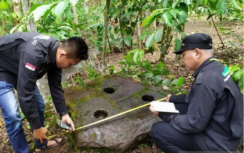 Temuan lumpang batu di Desa Bandar Aji Kabupaten Lahat, Kamis (18/2)  - ANTARA