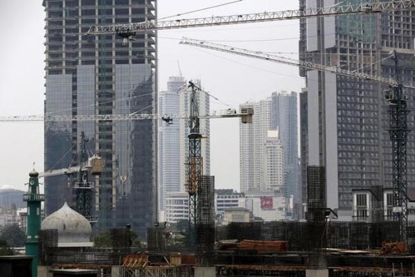 Pembangunan properti residensial dan perkantoran di Jakarta. - Reuters