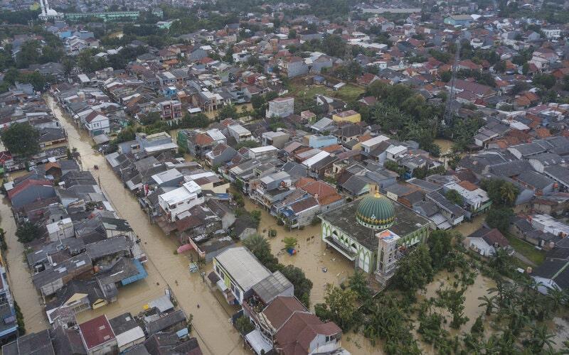Foto udara banjir yang menggenangi perumahan Pondok Gede Permai, Bekasi, Jawa Barat, Jumat (19/2/2021). Menurut data BPBD Kota Bekas Banjir menggenangi wilayah tersebut pada pukul 12.00 WIB akibat kondisi tanggul kali Bekasi rusak. - Antara/Fakhri Hermansyah.