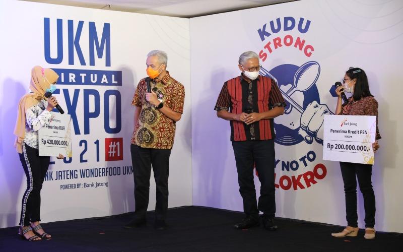 Gubernur Jateng Ganjar Pranowo bersama Direktur Utama Bank Jateng Supriyatno berbincang-bincang dengan para penerima kredit mikro, di sela pembukaan UKM Virtual Expo 2021, Selasa (16/2/2021). - Ist