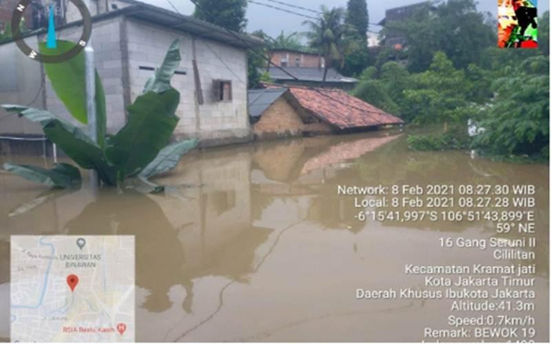 Ketinggian banjir di Kelurahan Cililitan, Jakarta Timur, merendam permukiman hingga mencapai atap rumah sebagian warga, Senin (8/2/2021). - Antara