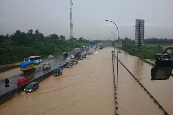 Ilustrasi: Banjir menggenangi ruas tol Cikarang - Ilustrasi/repro